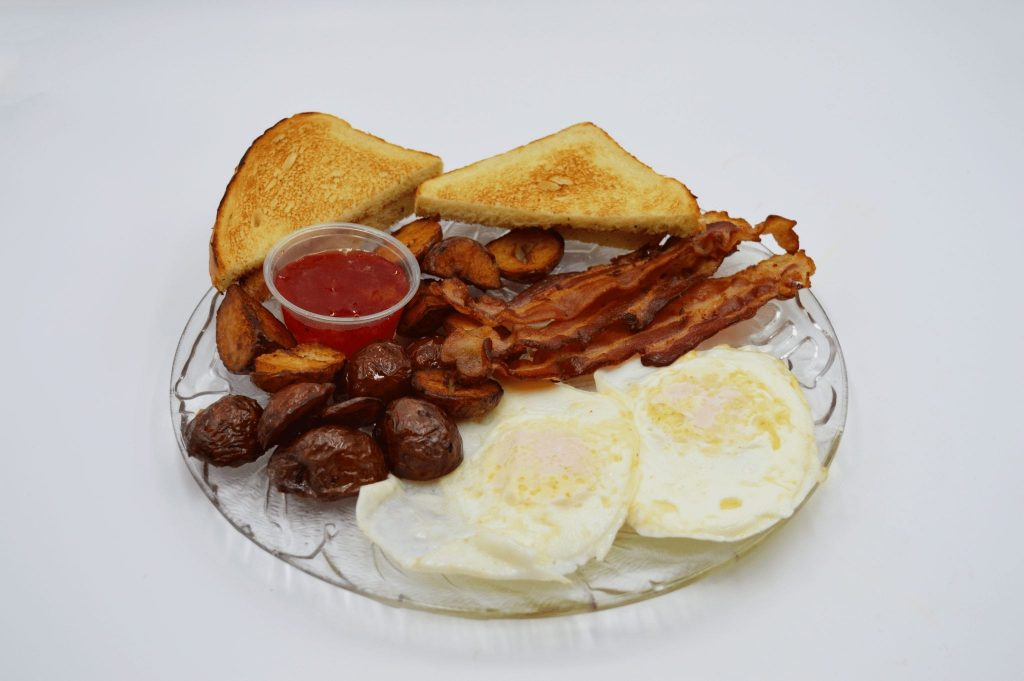 eggs, bacon, toast, and homefries